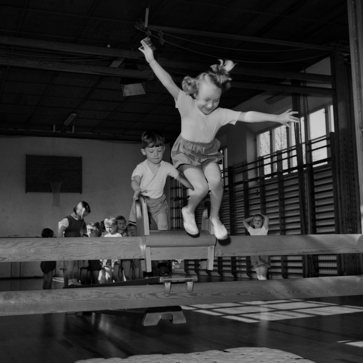 ABF Gymnastik 24-25/3 1953.  Gymnastikuppvisning. Gymnastik. Gympa. Uppvisning. Sport. Akrobatik. Reportage.