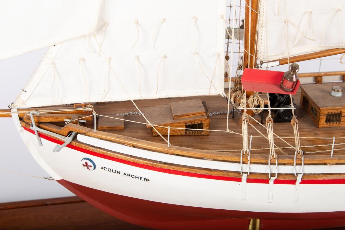 Modell av Colin Archer-skøyte på en fot.