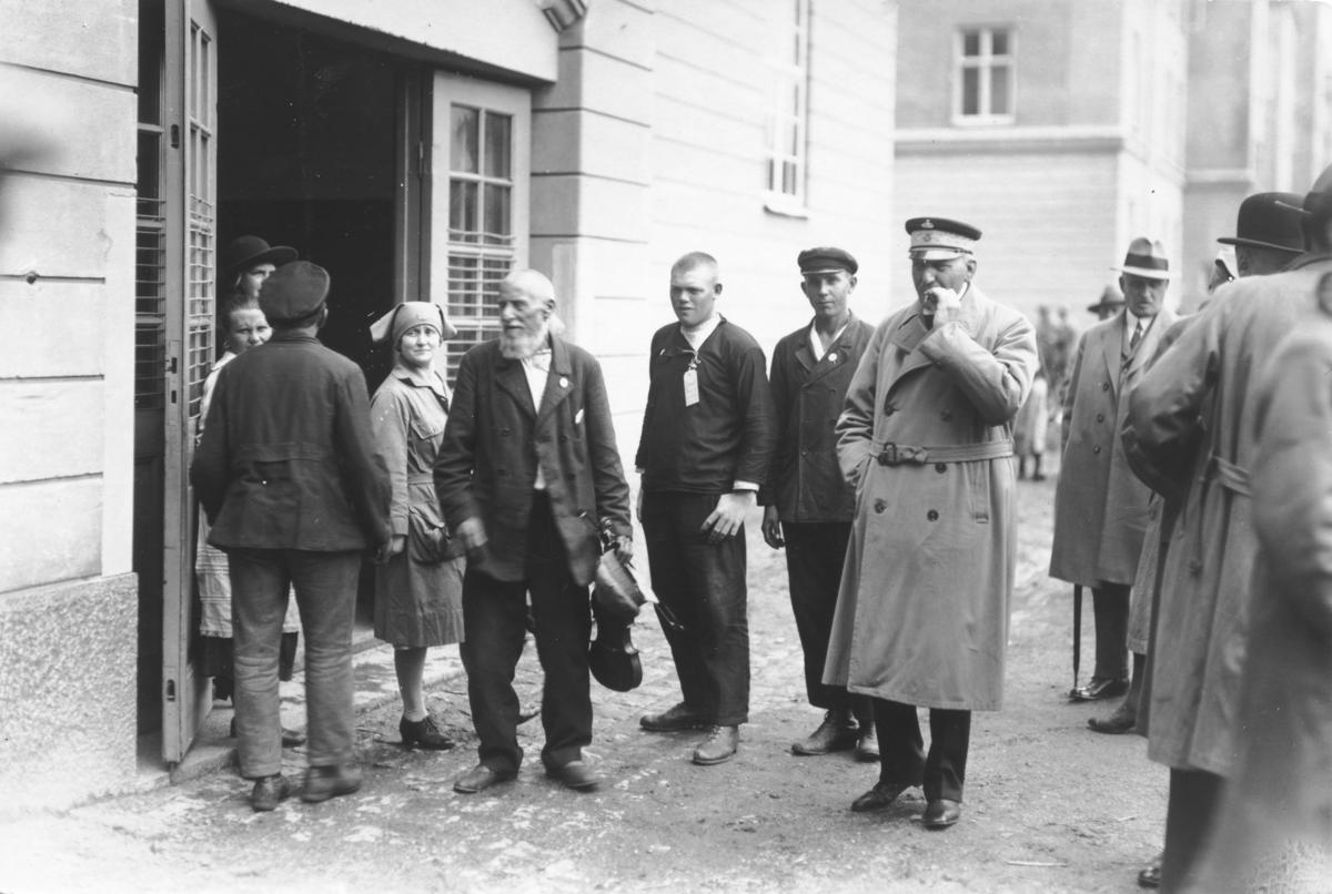 Personer vid kasernen på Ryhov vid svenskbybornas ankomst till Jönköping 1929.