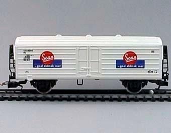 Modell i skala 1:87 av vit kylvagn Nr: 64305. Vagnen är märkt Scan-god skånsk mat på röd och blå bakgrund Utrustad med Fleichmann-koppel  Modell/Fabrikat/typ: Ho