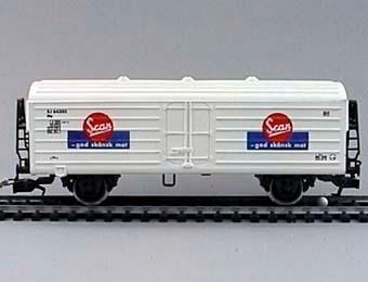 """Modell i skala 1:87 av vit kylvagn Nr: 64305.  Märkt på långsidorna med texten """"SCAN God svensk mat"""".  Modell/Fabrikat/typ: Ho"""