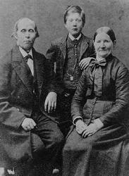 Gruppbild med familjen Eliasson i Örserum. En pojke står mel