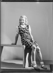"""Flickklänning, """"Hattar och diverse kläder, 1942"""""""