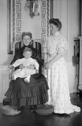 Grevinnan Ebba Mörner med barnbarn