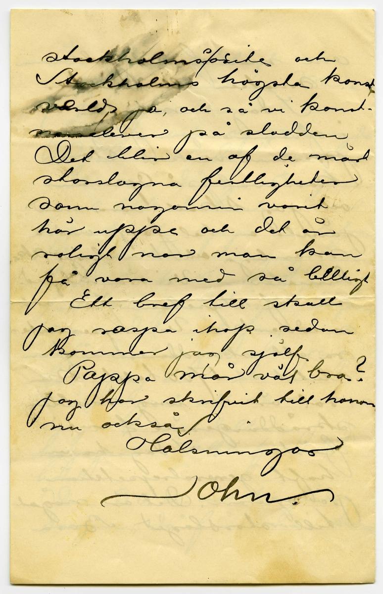 Brev 1901-05-28 från John Bauer till Emma, Hjalmar och Ernst Bauer, bestående av fyra sidor skrivna på fram- och baksidan av två vikta pappersark. Huvudsaklig skrift handskriven med svart bläck. . BREVAVSKRIFT: . [Sida 1] Stockholm den 28 maj 1901 Snälla Mamma och Bröder Förlåt mig att jag inte skrifvit på en liten tidrymd. Jag hoppas ni alla mår bra som jag nu. Jag har haft lite hufvudverk de sista dagarna men det har vist varit af nervositet (säger jag öfveransträngning skrattar ni väl) 2 dagars tentamina och examen i anatomin . [Sida 2] äro nu lyckligt och väl öfverståndna Mina 7 kompositioner äro färdiga och upphängda Djädrar i dä! de äro inte så dåliga En gam- mal Akademiska har  lofvat äta upp en lefvan de råtta om jag inte får 100 kr. i belöning för dem på högtidsdagen men det vill jag vist  inte svära på att jag får. Jag är inte ens säker på att komma upp i modellen Jag hoppas i alla fall det bästa. Den 30 de är högtids- dagen, då får man höra . [Sida 3] om man fallit gubbarna i smaken eller inte. I dag i morgon och i ofvermorgon pågar pressens veckas stora karneval på Operan och jag skall vara med jämte en hel [överskrivet: p] hop andra manliga och kvinliga Aka- demister. Vi äro inbjud na af styrelsen för att medverka. Vi repesente- ra ett skraddareskå från slutet af 1700 talet Min rol är en ung snobbig skräddargesäll [överstruket: f] med fästmö I dag ha vi  haft generalrepetition på operan. Det är något till storslaget. Bara . [Sida 4] [de fyra första raderna har något utsuddat bläck] [inskrivet: s] stockholmssosite och Stockholms högsta konst värld, ja och så vi konst- narselever på sladden Det blir en af de mäst storslagna festligheter som nogonsin varit här uppe och det är roligt nar man kan få vara med så [överskrivet: l] billigt Ett bref till skall jag raspa ihop sedam kommer jag själf Pappa mår väl bra? Jag har skrifvit till honom nu också Hälsningar John.