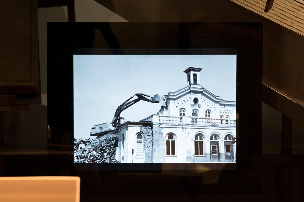 Stadshistoriska utställningen i arkivhuset. Den 25 Juli 1983 tidigt på morgonen revs Jönköpings stationshus efter livlig debatt och starka protester.