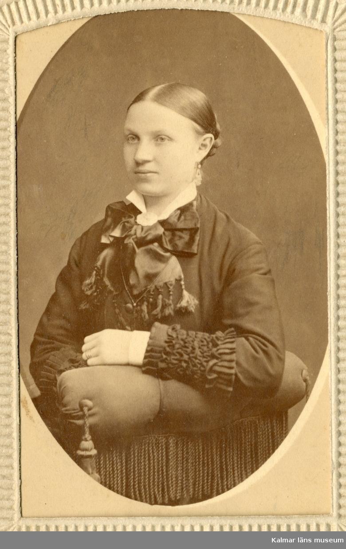 Porträtt av Anna Charlotta Petersson med upsatt hår, klädd i mörka kläder med vit krage.