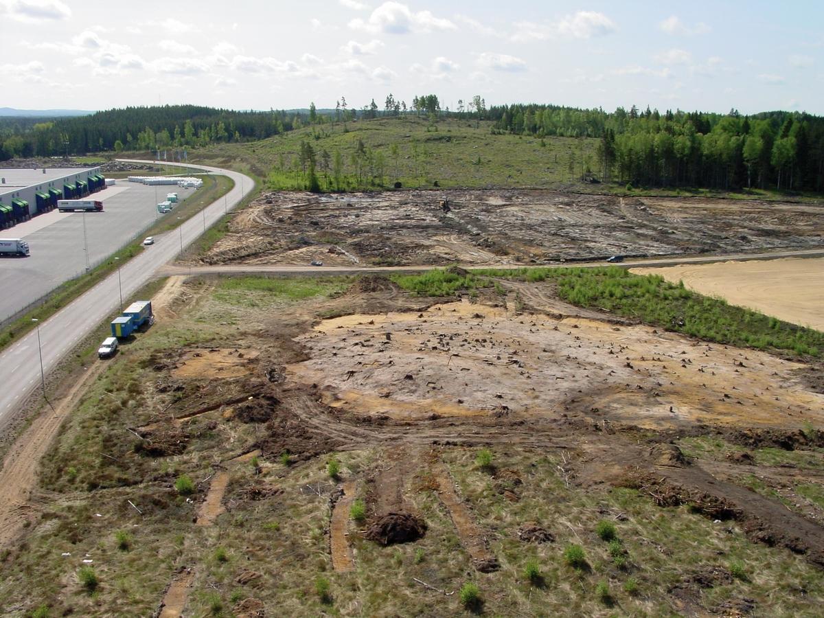 Översikt av gravfältet RAÄ Barnarp 22, L1974:2431 på Torsvik i Jönköping. Gravfältet undersöktes av länsmuseets arkeologer 2003. Bilden är tagen från mobilkran från NNV.