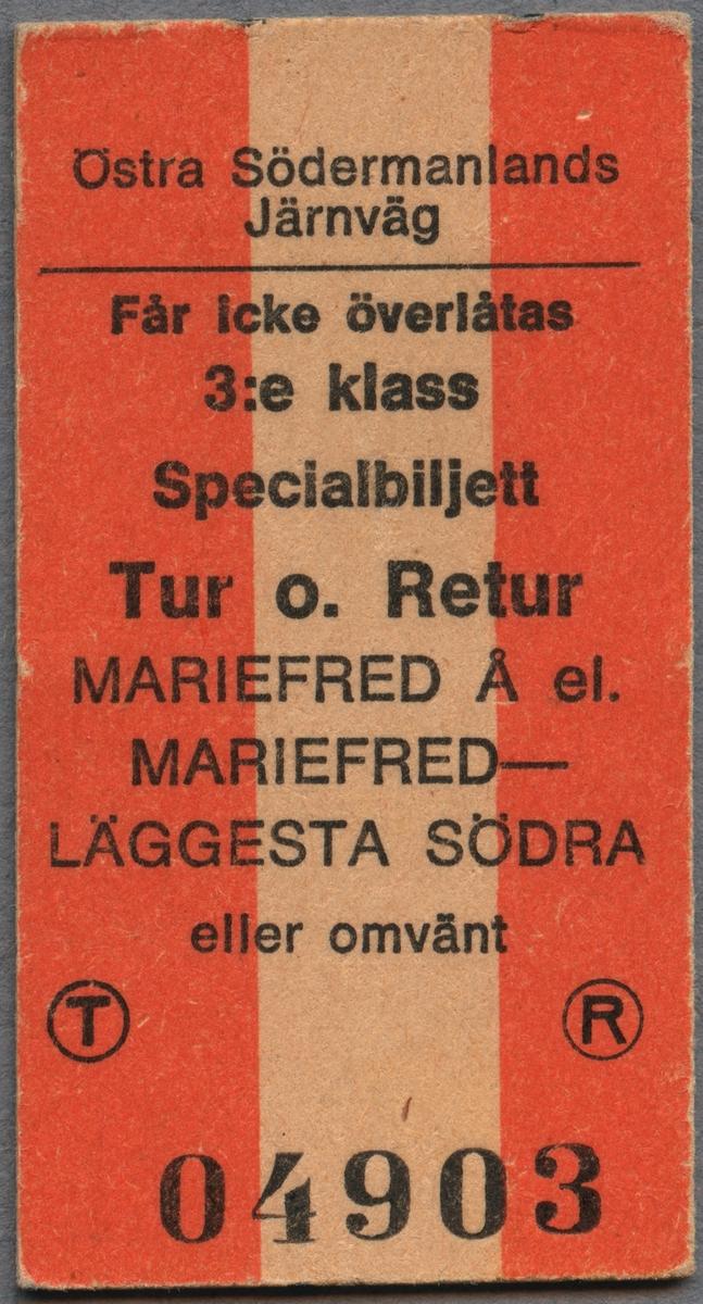 Museitågsbiljett, specialbiljett, från Östra Södermanlands Järnväg. Biljetten är utfärdad i tredje klass på sträckan Mariefred Å eller Mariefred-Läggesta södra och gäller för en tur- och returresa. Biljetten är av vit papp i Edmondsonskt format med en tredjedel av varje sida i rött.