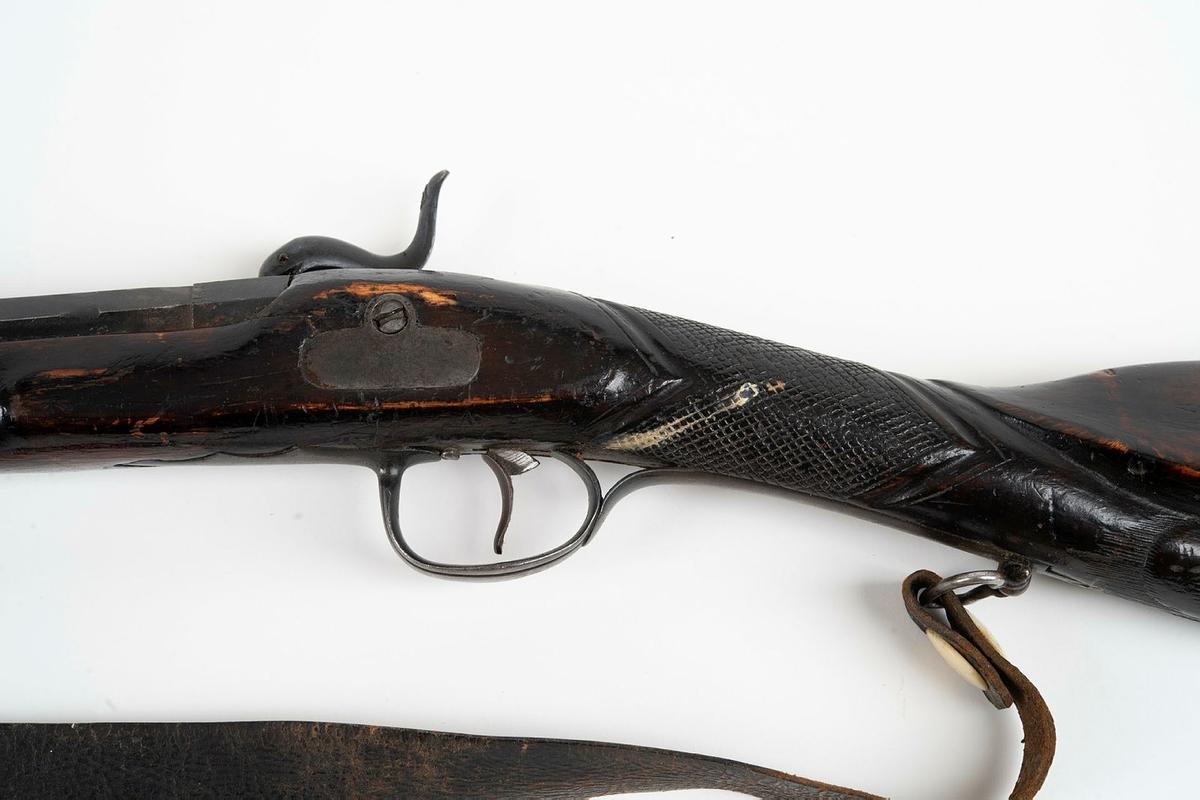 Anmärkning: * Förvärvat från: Örebro länsmuseum. 183 Schröders saml.    Mynningsladdare med slaglås. Reffl lapp. Skulpterad kolv.