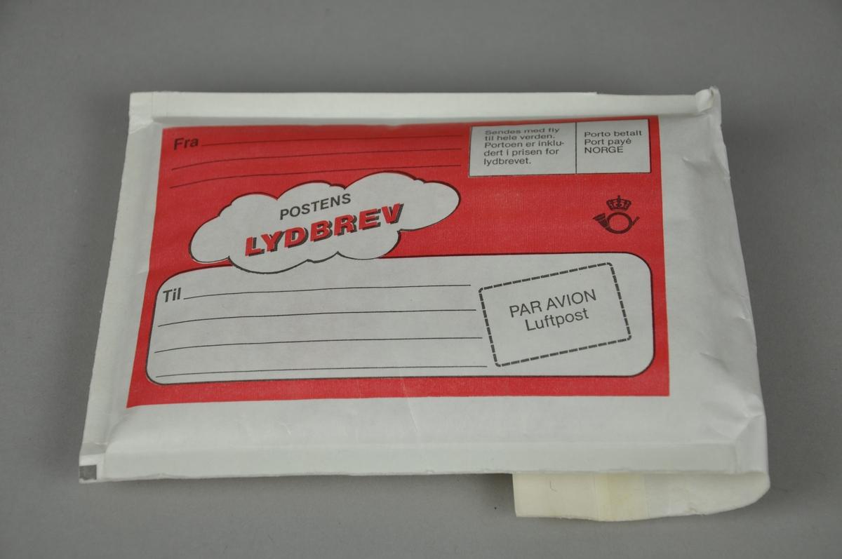 Lydbrev består av konvolutt med rød kassett til opptak på 2 x 10 minutter. Konvolutten har avsender- og adressefelt. Det ligger en klistremerkelapp med adressefelt i konvolutten
