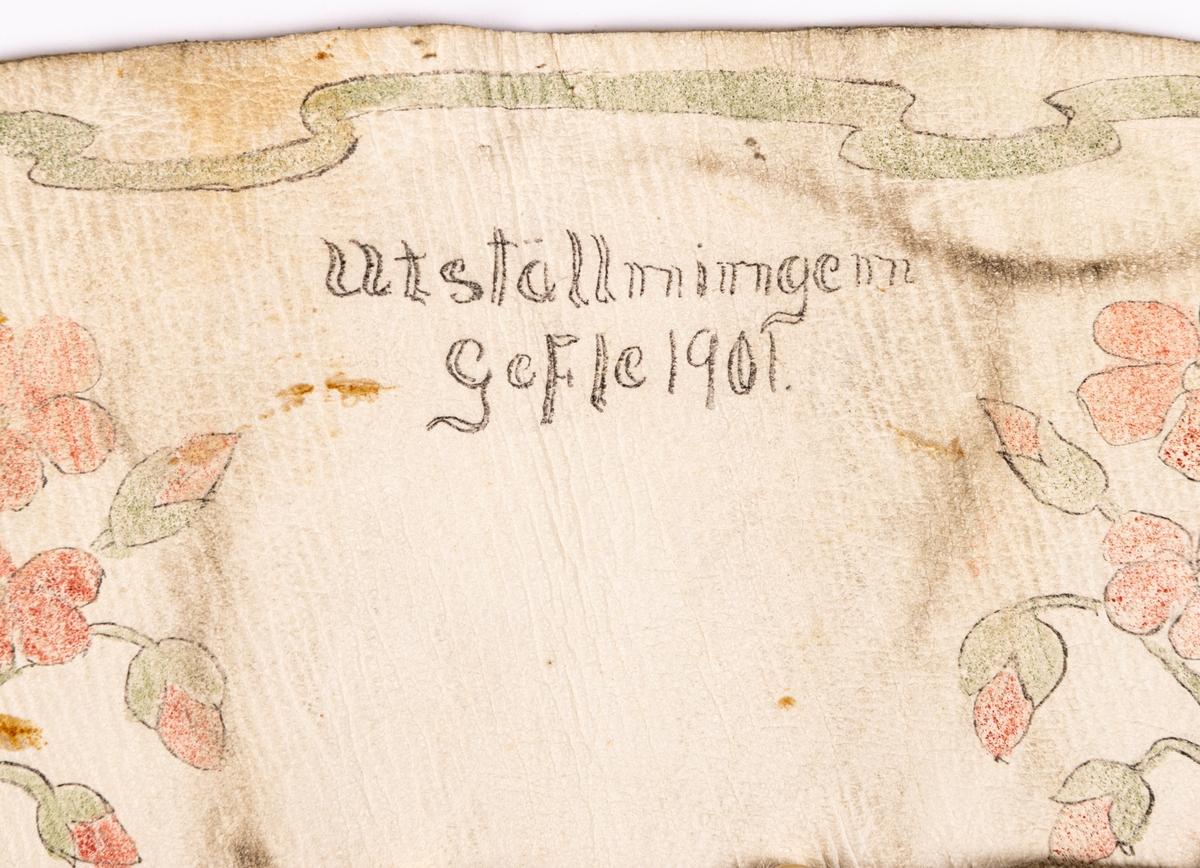"""Väska av skinn. Vit rektangulär """"påse"""" med skinnsnöre i ringen för ihopdragning. Dekor med påmålade röda blommor och gröna blad."""
