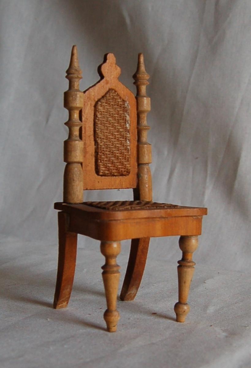 Forben og ryggstolper dreid, sete og rygg med stråfletting.