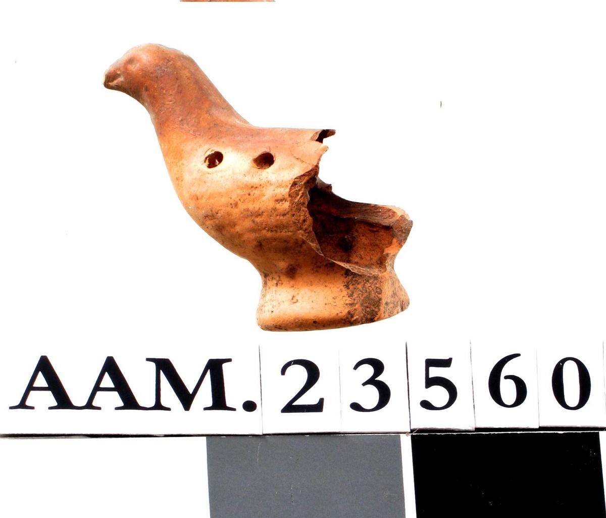 Del av en leirgjøk. (oval)  Oval ståflate, forreste halvdel av leirgjøken bevart  med to fingerhull på oversiden og ett på siden. Tilstand: Halepartiet avslått.