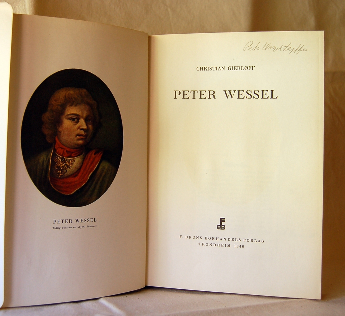 Portrett av Peter Wessel Tordnskiold på bokens forside