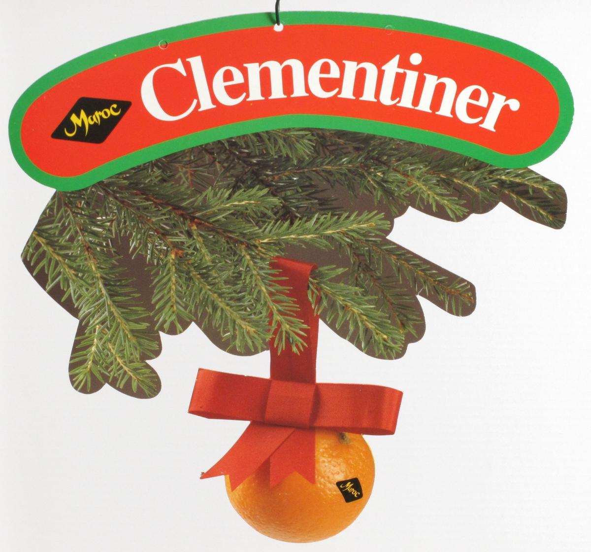 Clementin hengende i rødt juleband under grankvist.