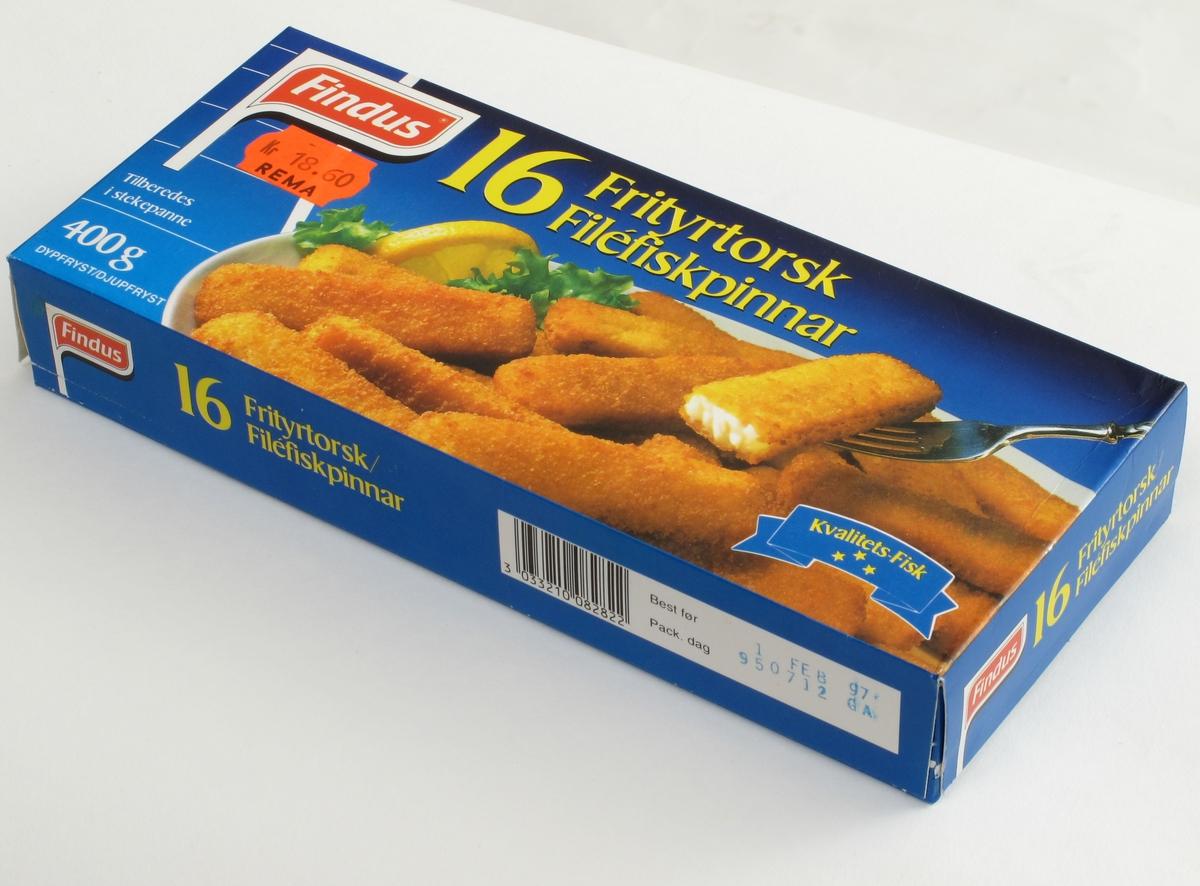 På forsiden gyllenstekte fiskepinner med sitron og salat på hvitt fat mot blå bakgrunn. På baksiden midre bilde med fiskepinner, poteter grønnsaker på blå talllerken.