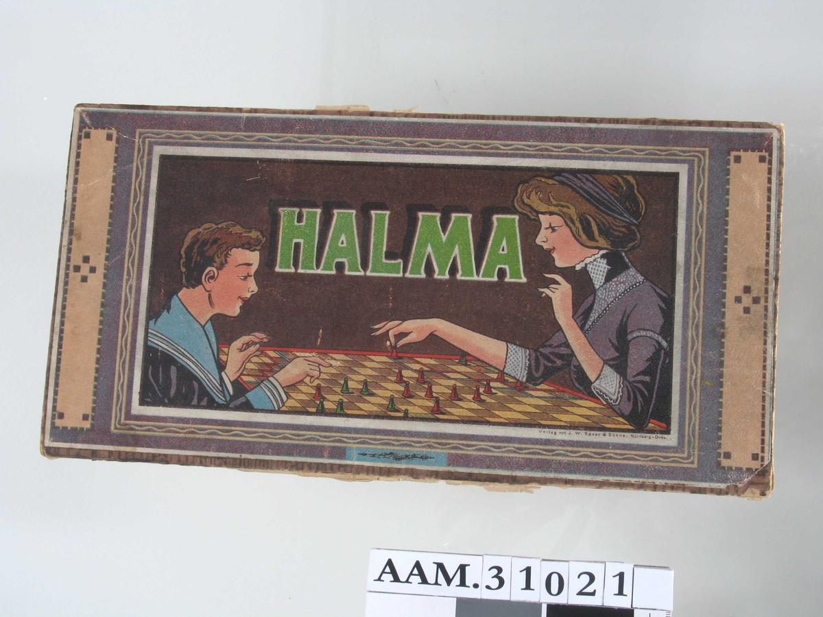På lokket: Kvinne og gutt ved bord, spiller Halma.