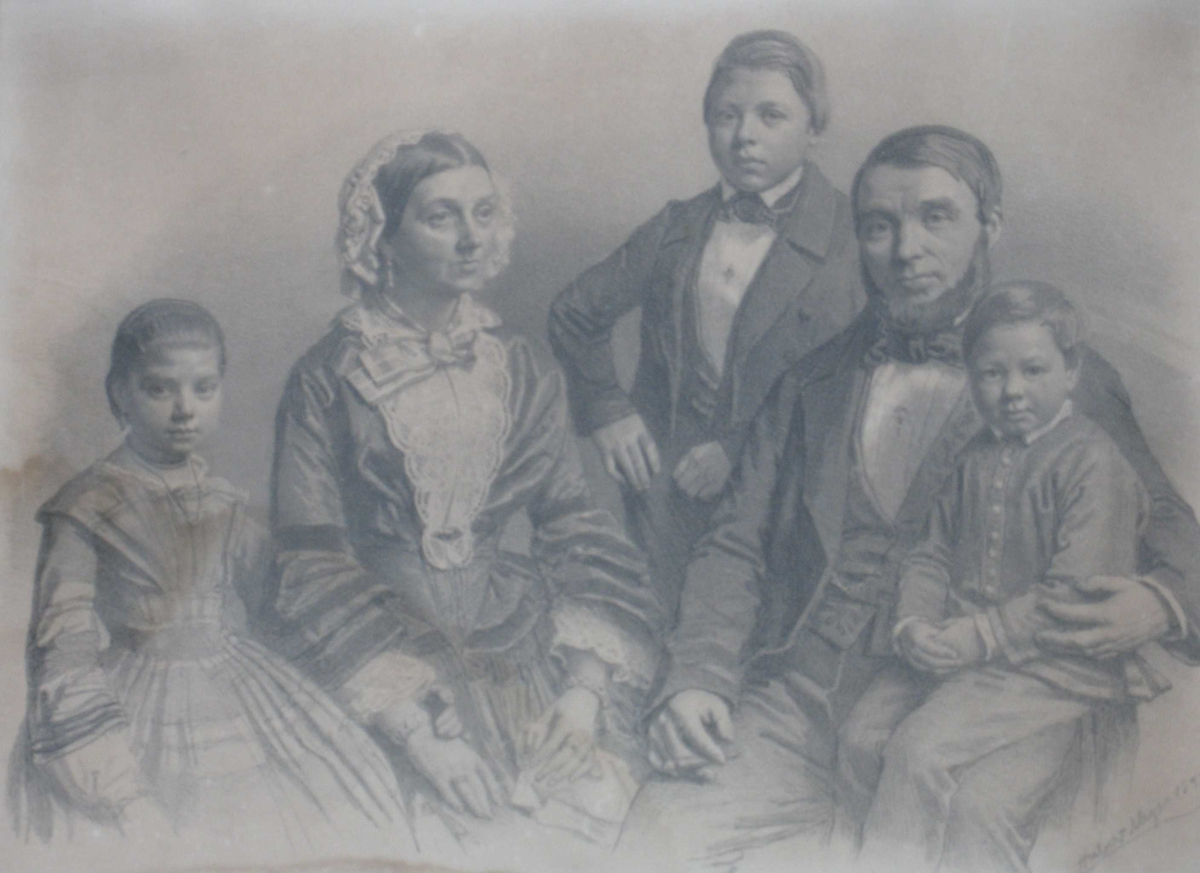 Gruppeportrett, familie, mor og far med tre barn. Far sitter til høyre med minstegutten på fanget, lengst til venstre står datteren ved siden av sin mor som sitter, og mellom mor og far står den eldste sønnen.