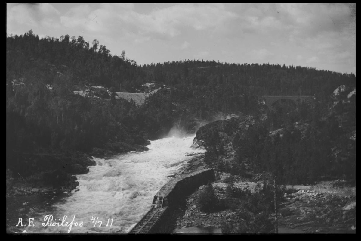 Arendal Fossekompani i begynnelsen av 1900-tallet CD merket 0469, Bilde: 14 Sted: Bøylefoss Beskrivelse: Fossen med kistedam