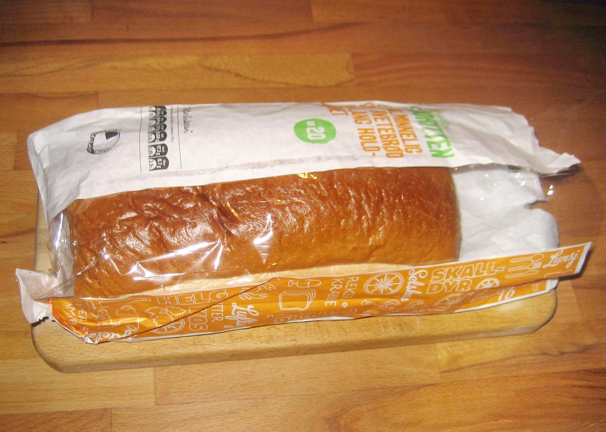 """Brødposen har ikke noe motiv. Brødets navn """"Den saftige favoritten"""" står på posens forside."""