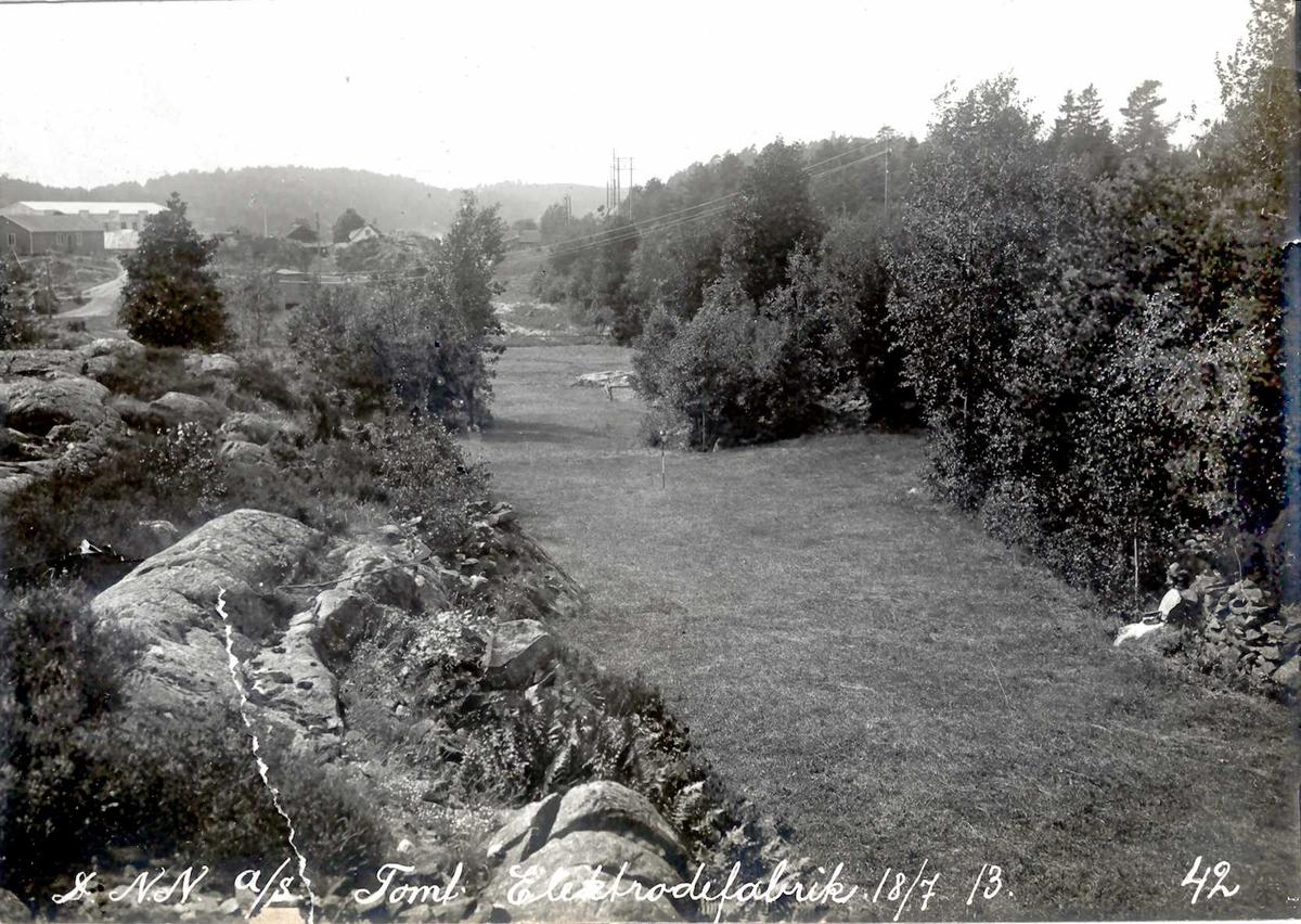 """""""18/07-1913"""" Nitriden. Tomt for elektrodefabrikken. Dyrket mark hvor kuene beitet før industrien kom. Smelteverket til venstre."""