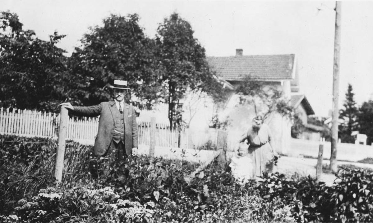 Tre personer i hagen mot Nordbyvn.