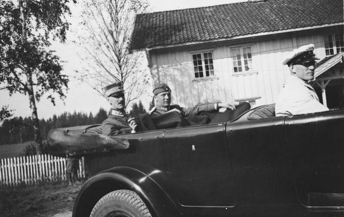 Kong Håkon VII i bil med adjutant og privatsjåfør.