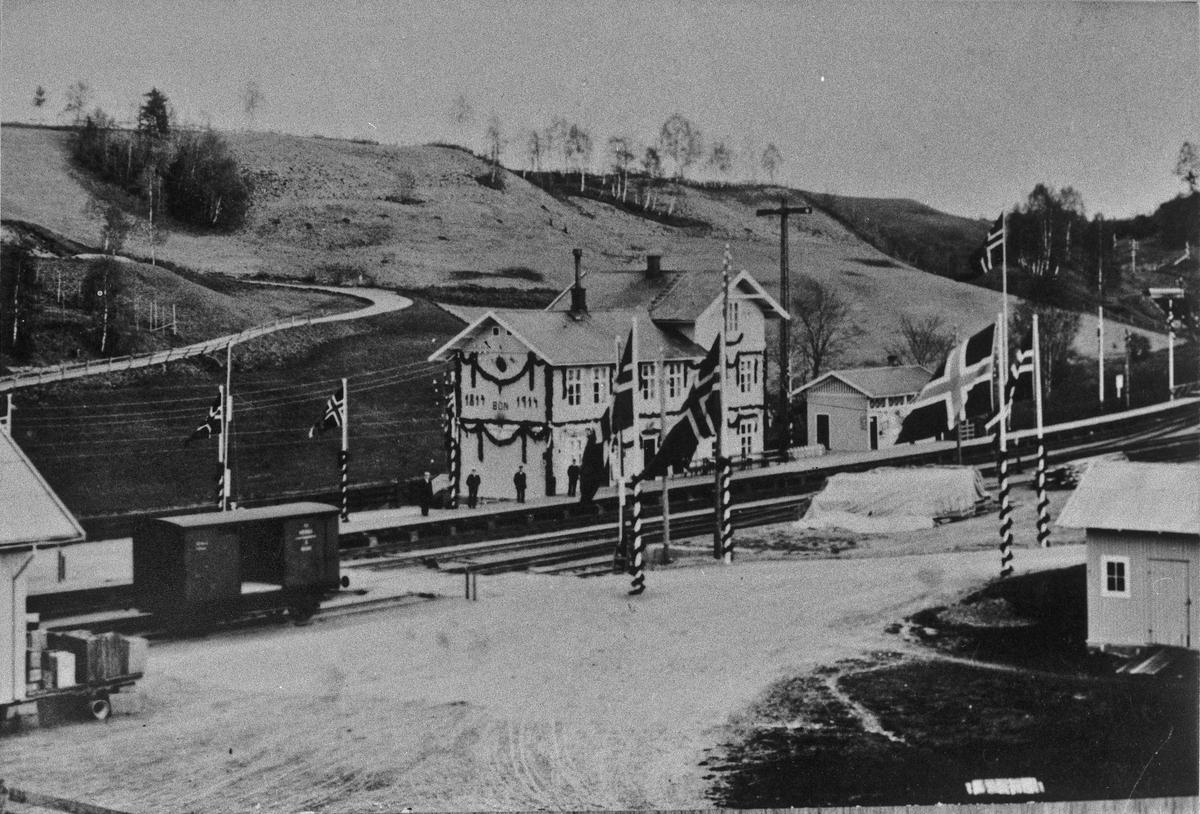 BØN jernbanestasjon i 1914. Det står 1814 og 1914 på veggen, så stasjonen må være pyntet til 100-års jubileet for Grunnloven.