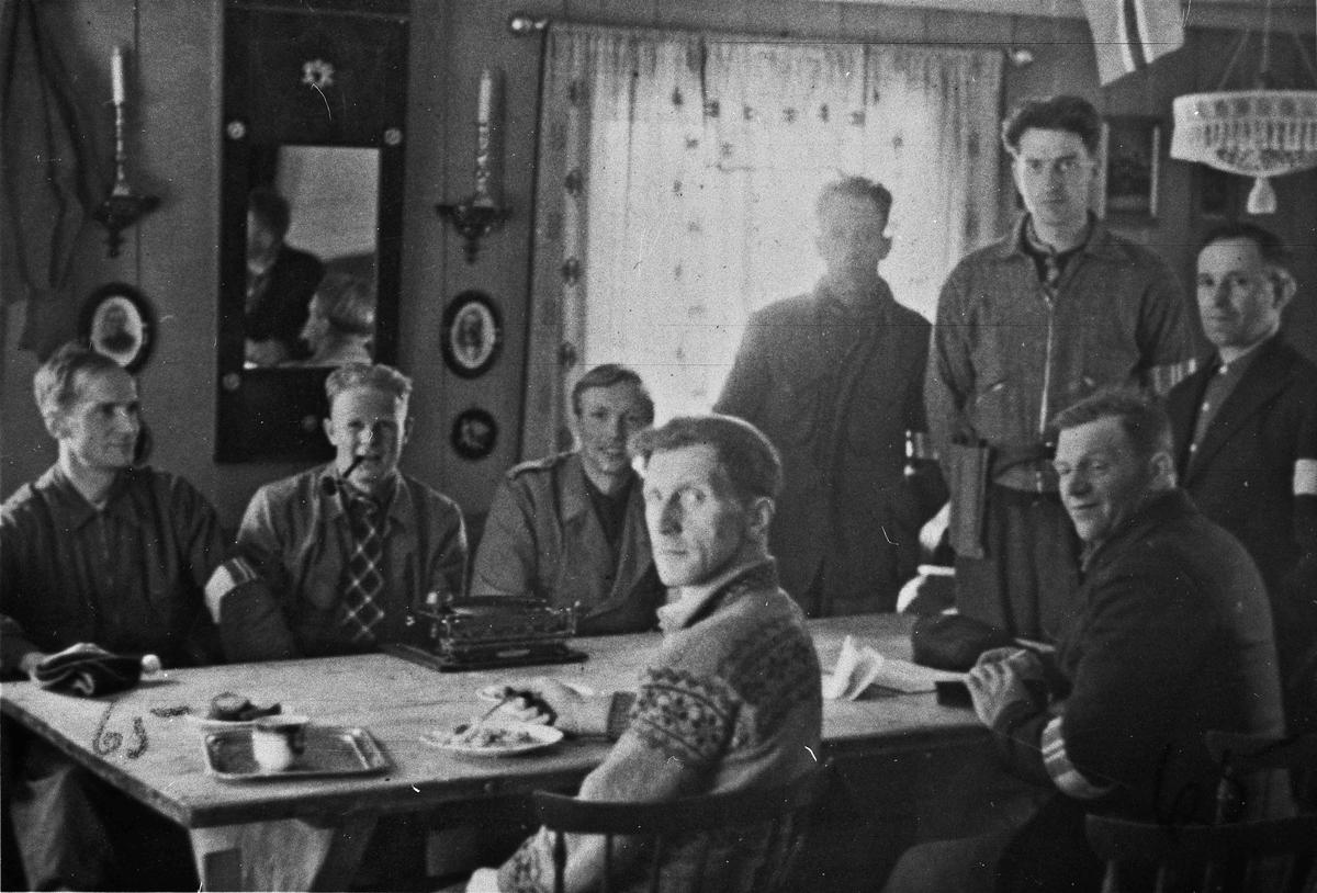 Hjemmestyrker. Stående nr. 2 fra høyre er Rolf Gresslien. Bildet er fra Sundet i Eidsvoll etter frigjøringen hvor staben i Hjemmefronten er samlet.