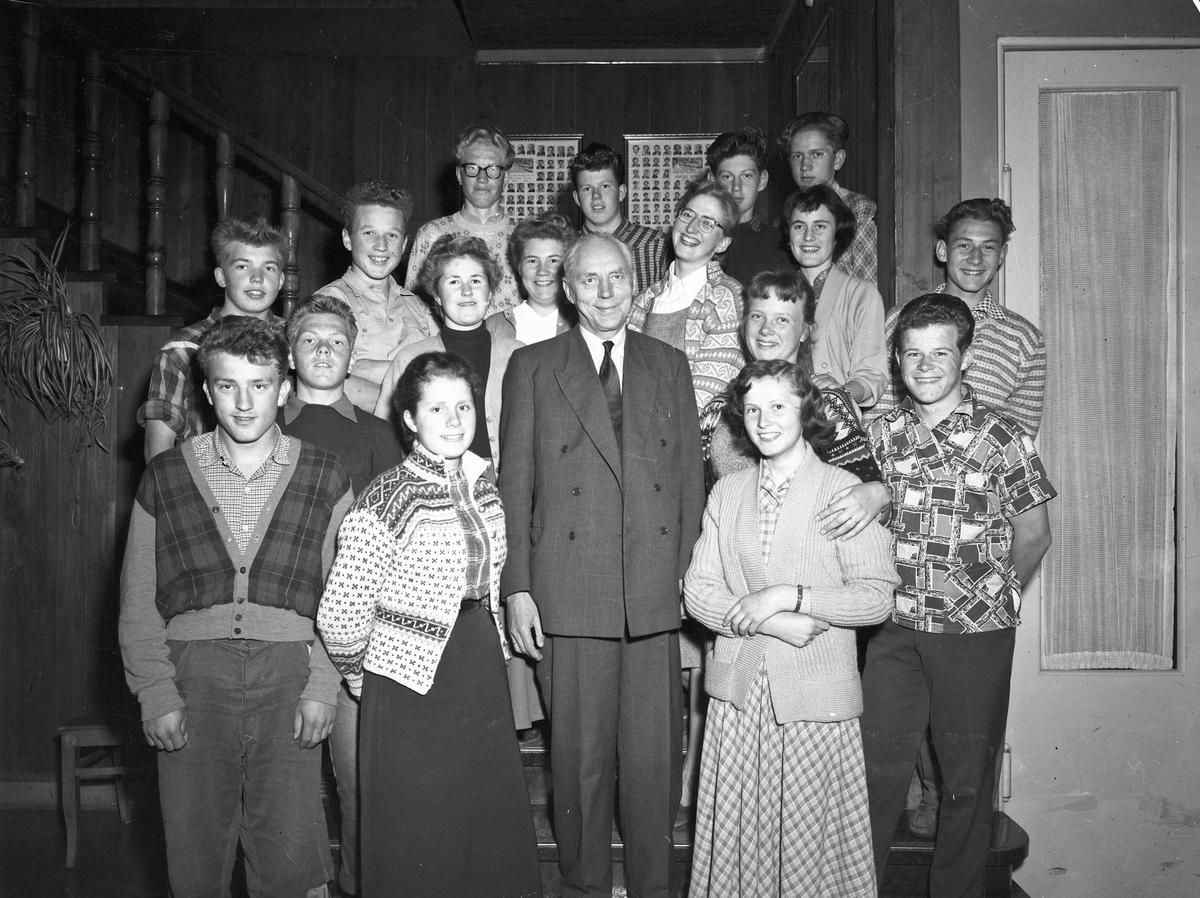 Undomsskolen Hurdal Verk. Voksenperson er Jakob Markussen. Han var rektor ved Eidsvoll Kommunale realskole.