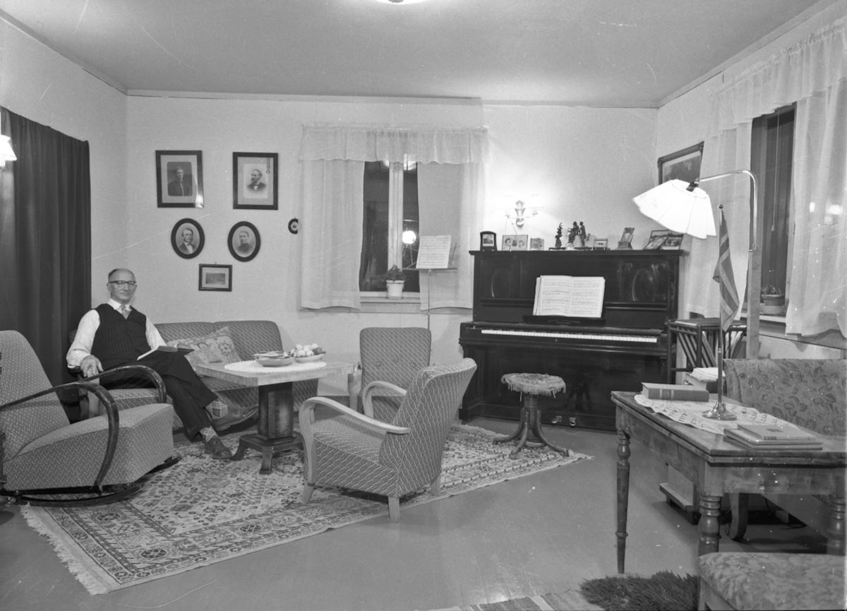 "Portrett, interiør, stue. Piano av merke ""Zeitter & Winkelmann"", Braunschweig."