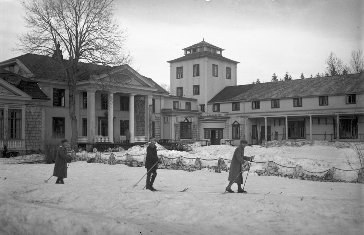 Hurdal Verk. Vinter. 3 skiløpere i forgrunnen. Kong Haakon i midten. Vintermanøveren i mars 1940?