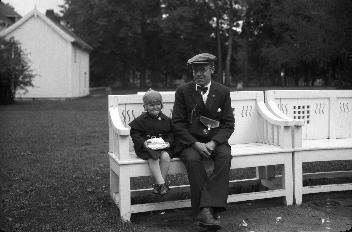 Johan Granly og liten jente på benk