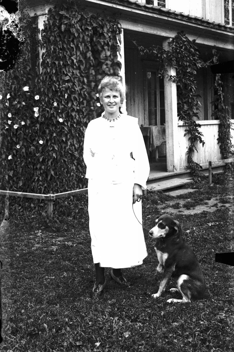 Portrett. Kvinne og hund