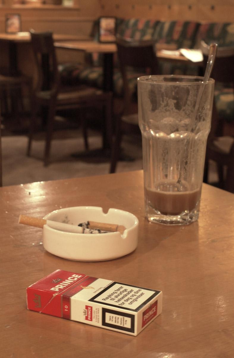 Røykerom bord med røykpakke, askebeger og caffe latte, Dolly Dimples Strømmen Storsenter 1. etg.