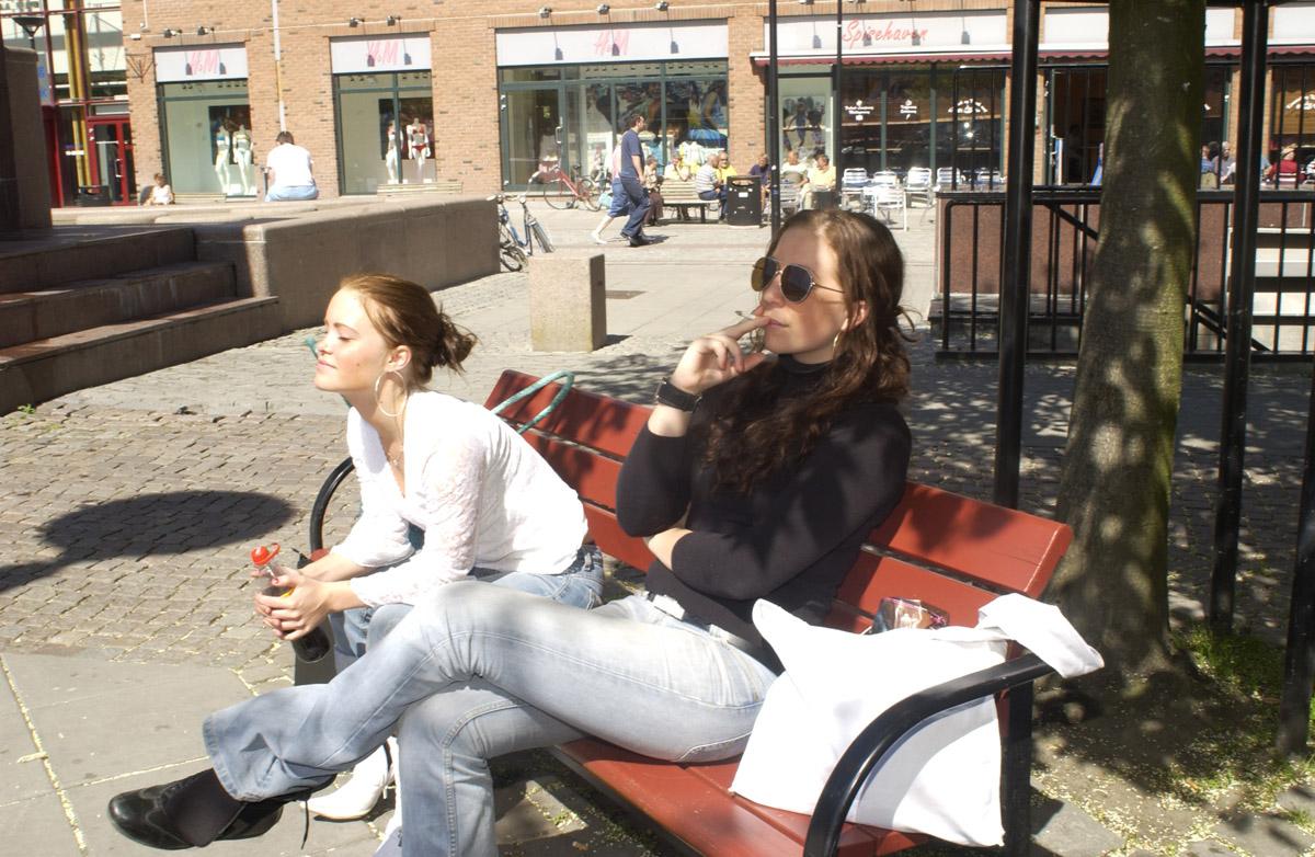 Første dagen med ny røykelov 2004. To røykende jenter på krakk. Lillestrøm Torg