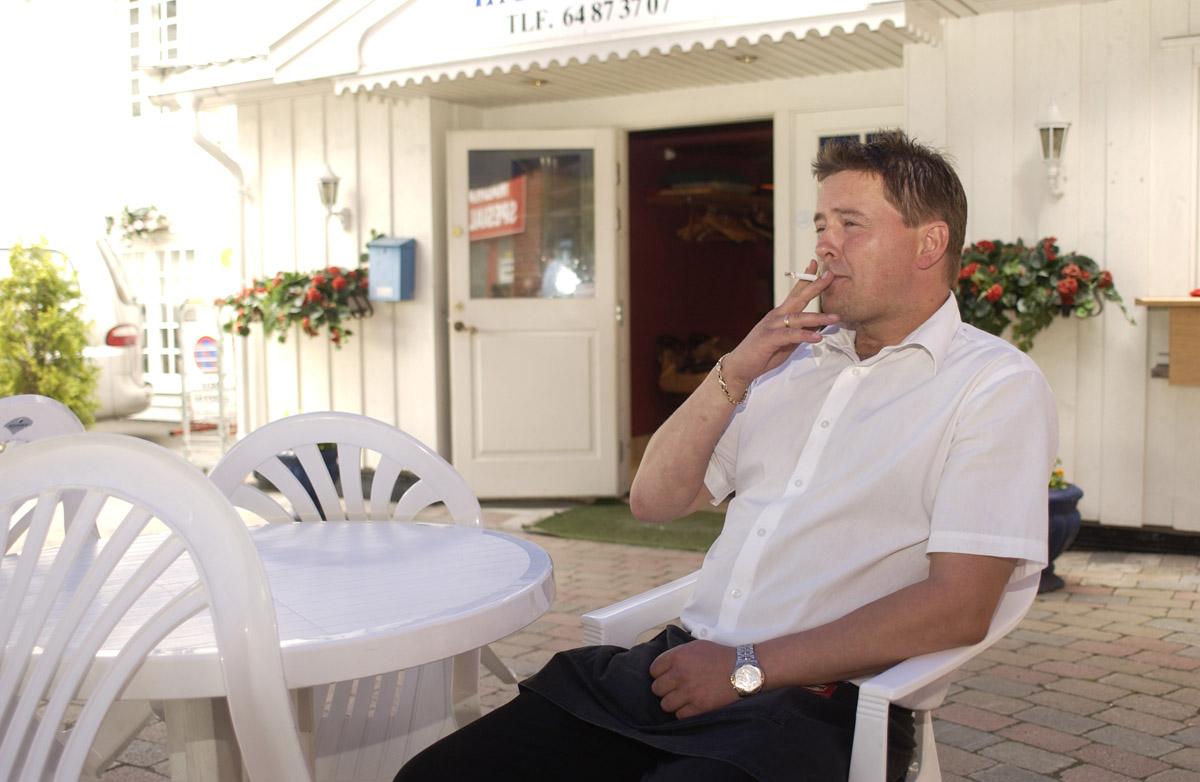 Etter innføring av røykeloven 2004. La Casita, Røykebord utenfor kafeen. En servitør har røykepause.