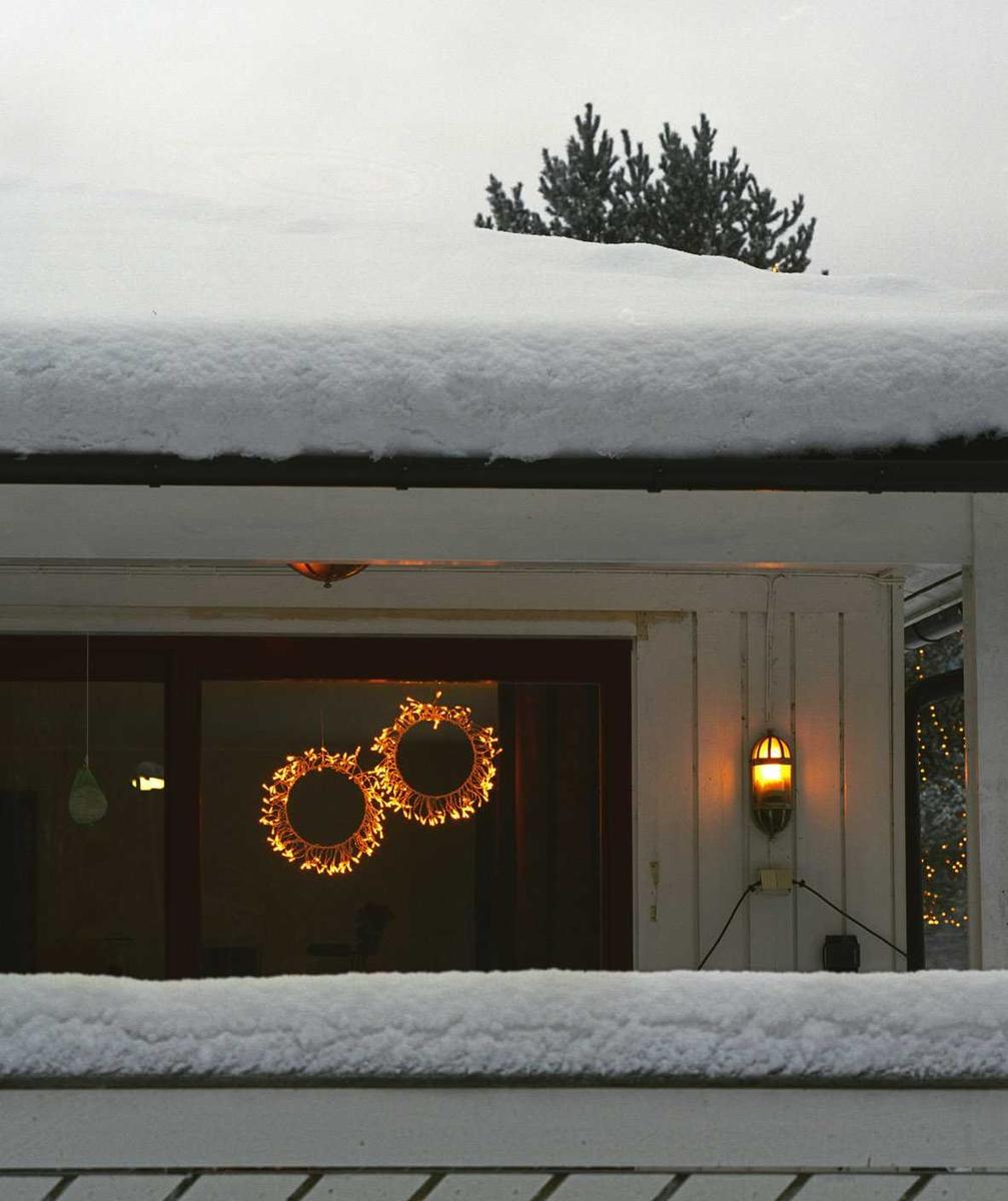 Julebelysning  Lysende kranse i vindu i enebolig