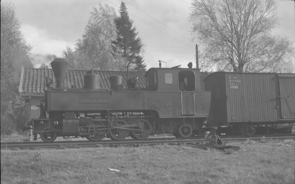 Lok 5 Bjørkelangen. Tog retning Sørumsand avventer avgang fra Skulerud.