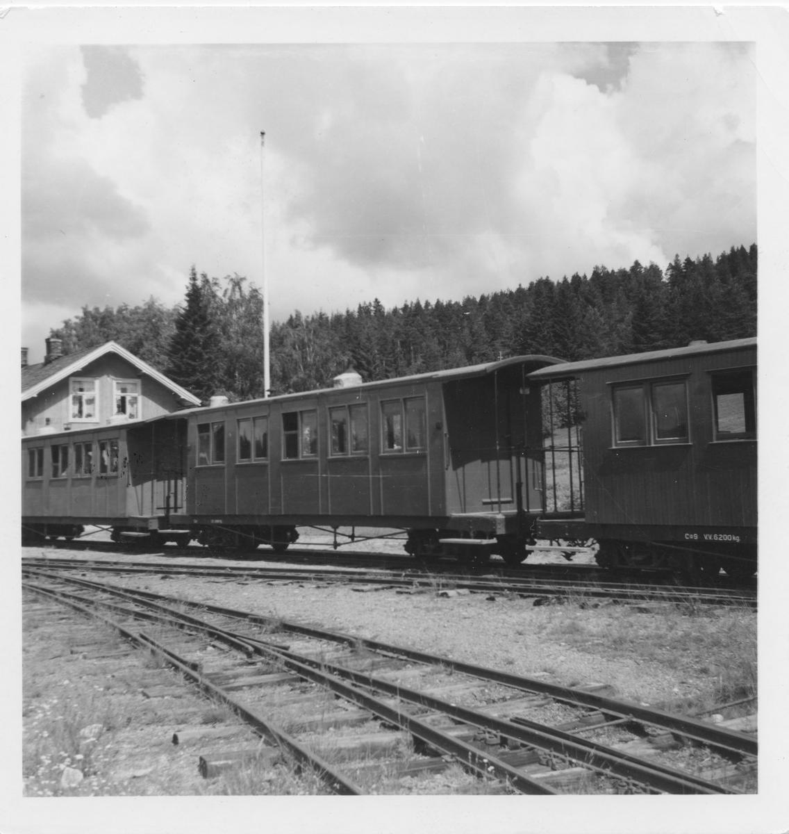Personvogner i spor 1 på Skulerud stasjon.