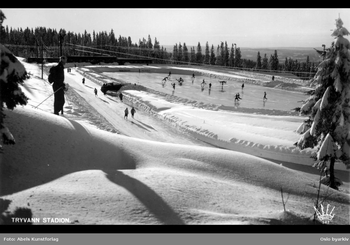 Mann på ski i forgrunnen, skøytebane, vinter. Postkort
