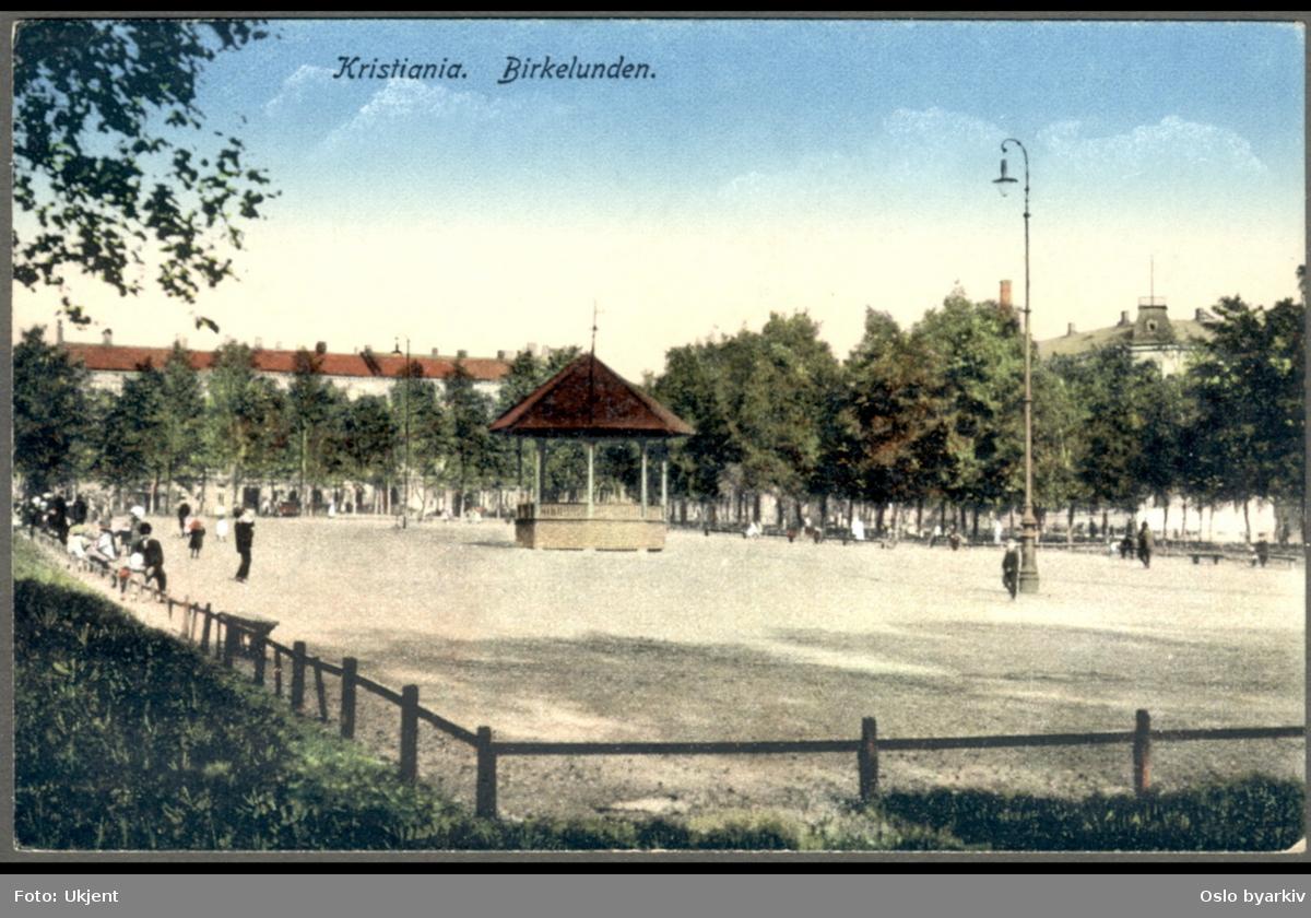 Håndkolorert postkort fra Birkelunden park med den gamle musikkpaviljongen.