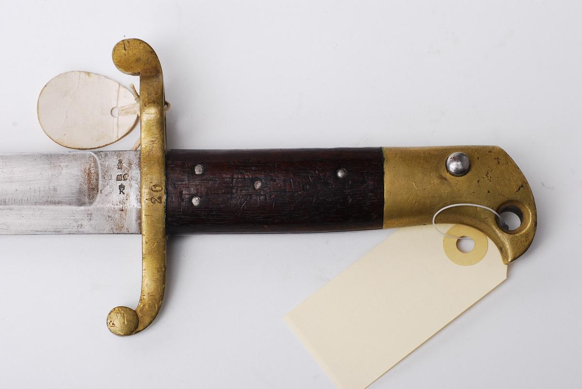 Sabelbajonett for Krag Pertersson-geværet. Dette er en variant av sabelbajonett M1860 for Remingtongevær og 4'' kammerladingsgevær. Den enkelte bajonett ble tilpasset det enkelte våpen etter herding av klingen. Våpennummeret ble derfor slått in i parerplaten.Sabelbajonett for Krag Pertersson-geværet. Dette er en variant av sabelbajonett M1860 for Remingtongevær og 4'' kammerladingsgevær. Den enkelte bajonett ble tilpasset det enkelte våpen etter herding av klingen. Våpennummeret ble derfor slått in i parerplaten.