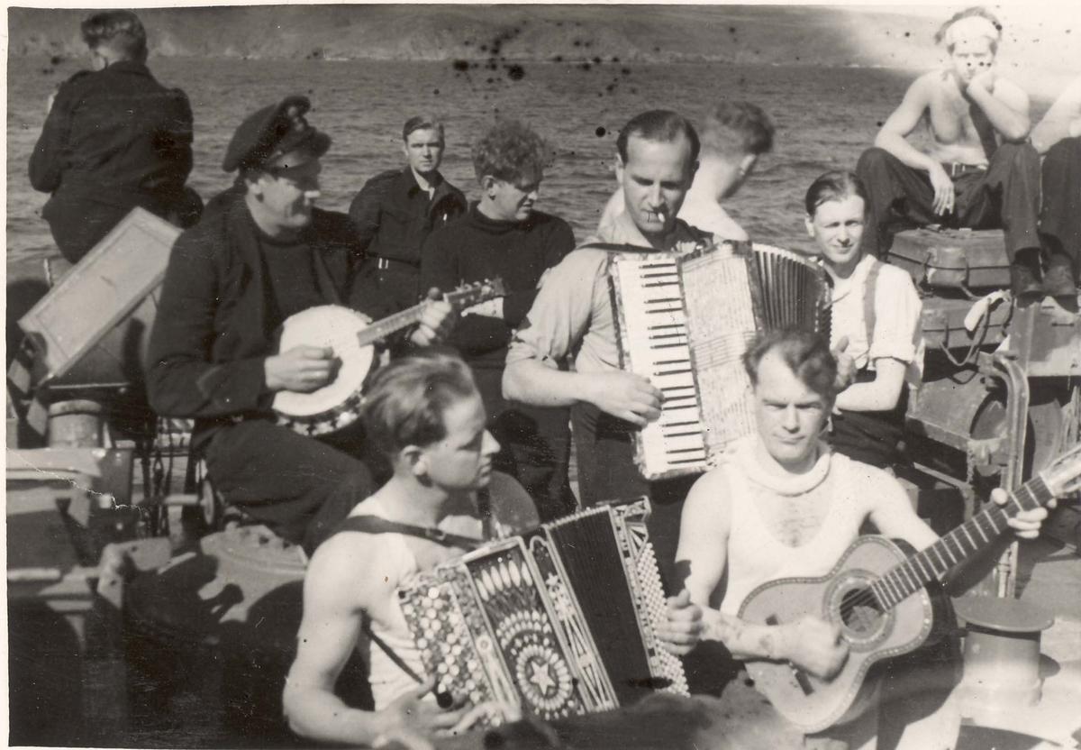 """Detaljer fra livet om bord i jageren """"Eskdale"""" under 2. VK. Musikk og fritid."""