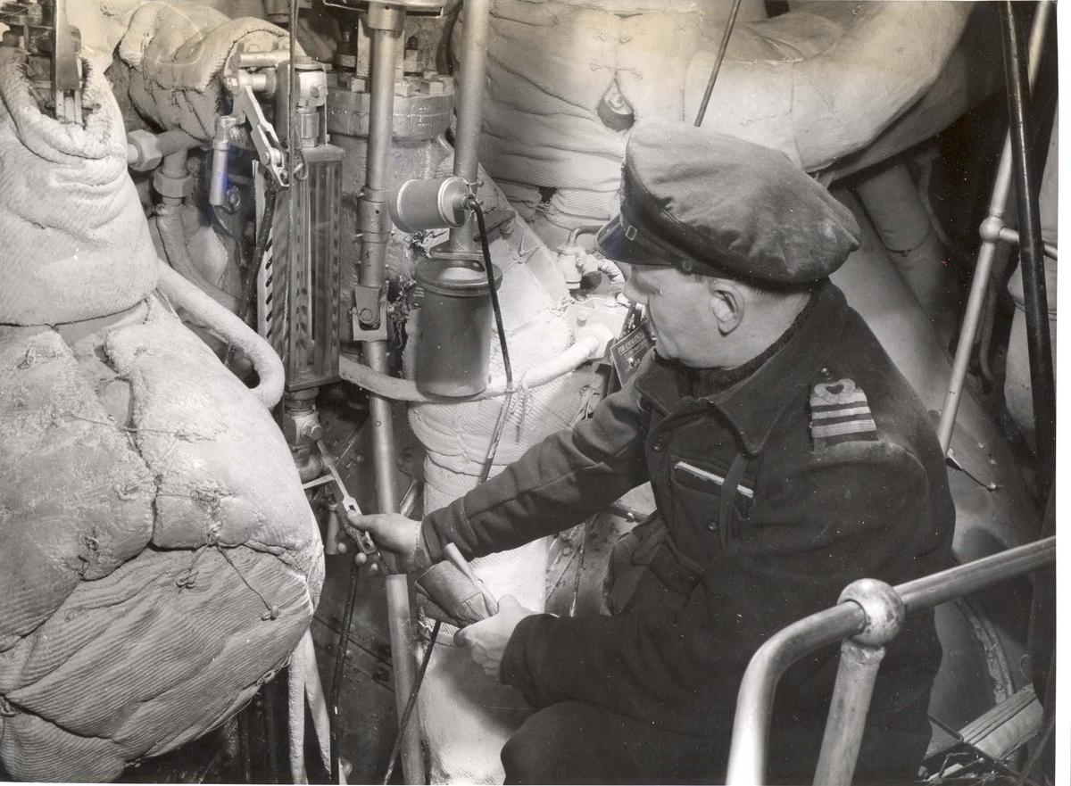 Enkeltbilde. Jageren Stord i konvoy til Murmansk. Maskinmesteren på vakt under angrep fra fiendtlige ubåter.