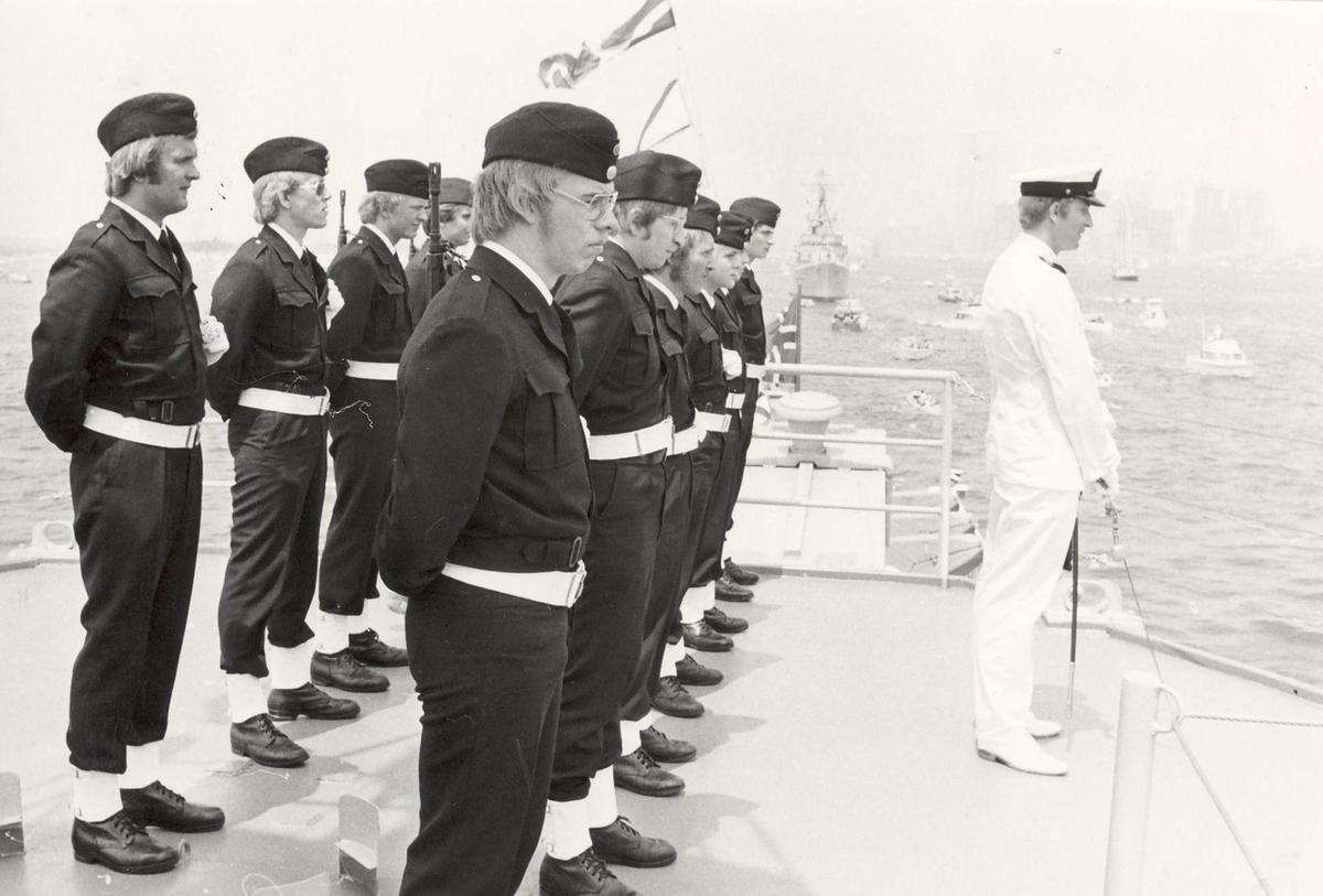 Enkeltbilde. Fregatten KNM Trondheim, besøker New York under 200-års jubileum 4/7-1976. Garden. Gardesjef er Lt Sigurd B. Överås.