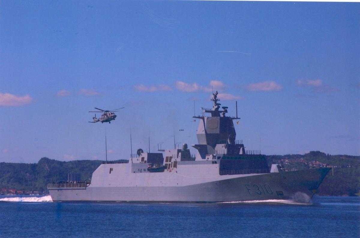 Enkeltbilde. KNM Fritjof Nansens hjemkomst. Demonstrasjon av helikopter.