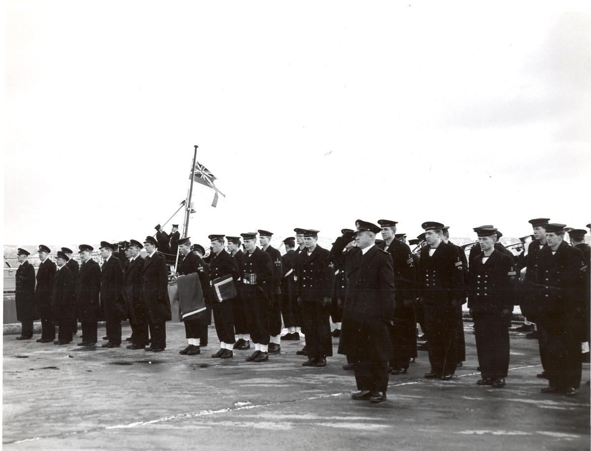 """Overtakelsen av River-kl.fregatt KNM """"Draug"""", ex. HMCS Pentang 25. januar 1956. Det norske mannskapet på kaien før overtakelsen"""