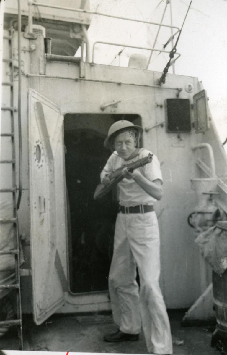 """Album Glaisdale H.Nor.M.S. """"Glaisdale"""". Fotograf: Ltn.Knudtzon. En av mannskapet trener med rifla."""